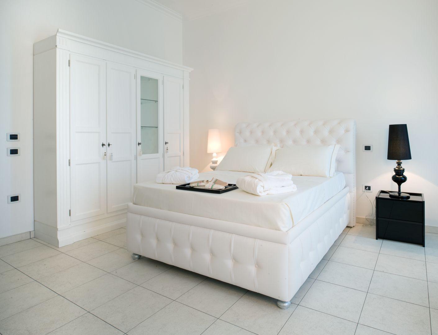 Monastero di cherasco vimar energia positiva - Camera da letto contemporanea bianca ...