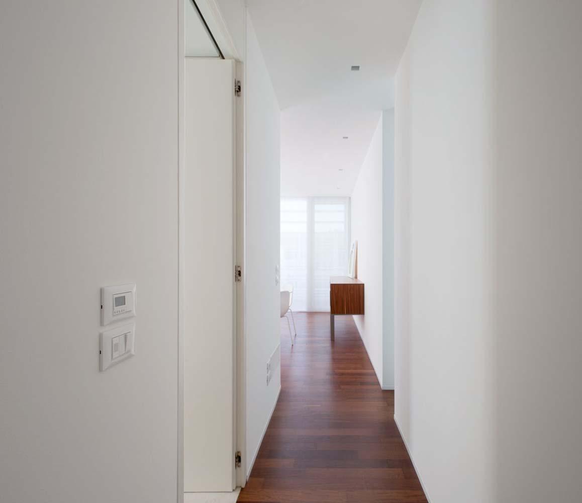 Illuminazione corridoio stretto idee di design nella for Arredare corridoio stretto e corto